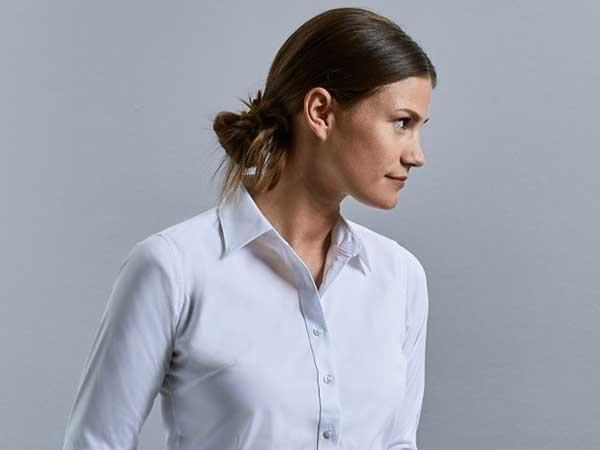Frau in Bluse